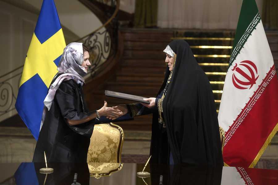 Swedish feministic minister in veil i Iran